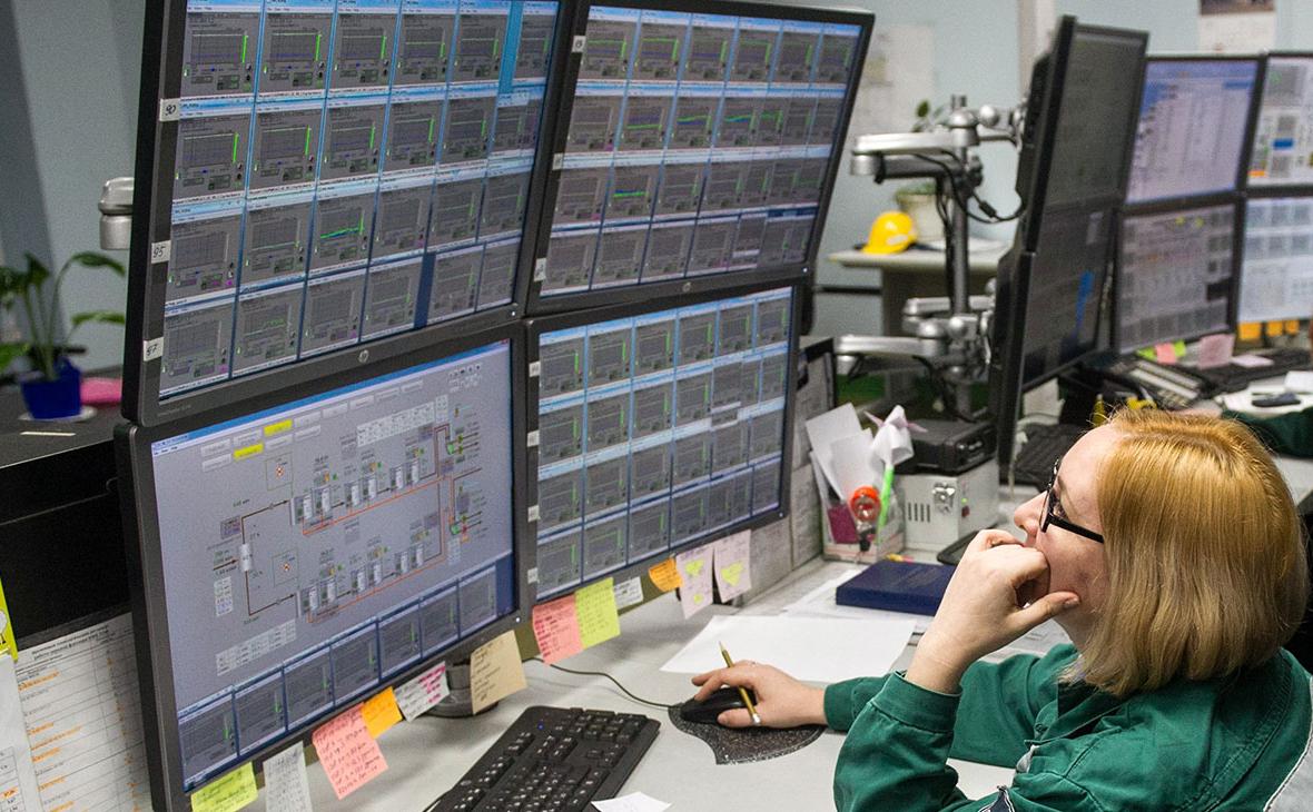 Диспетчер в аппаратной на Талнахской обогатительной фабрике компании «Норникель»