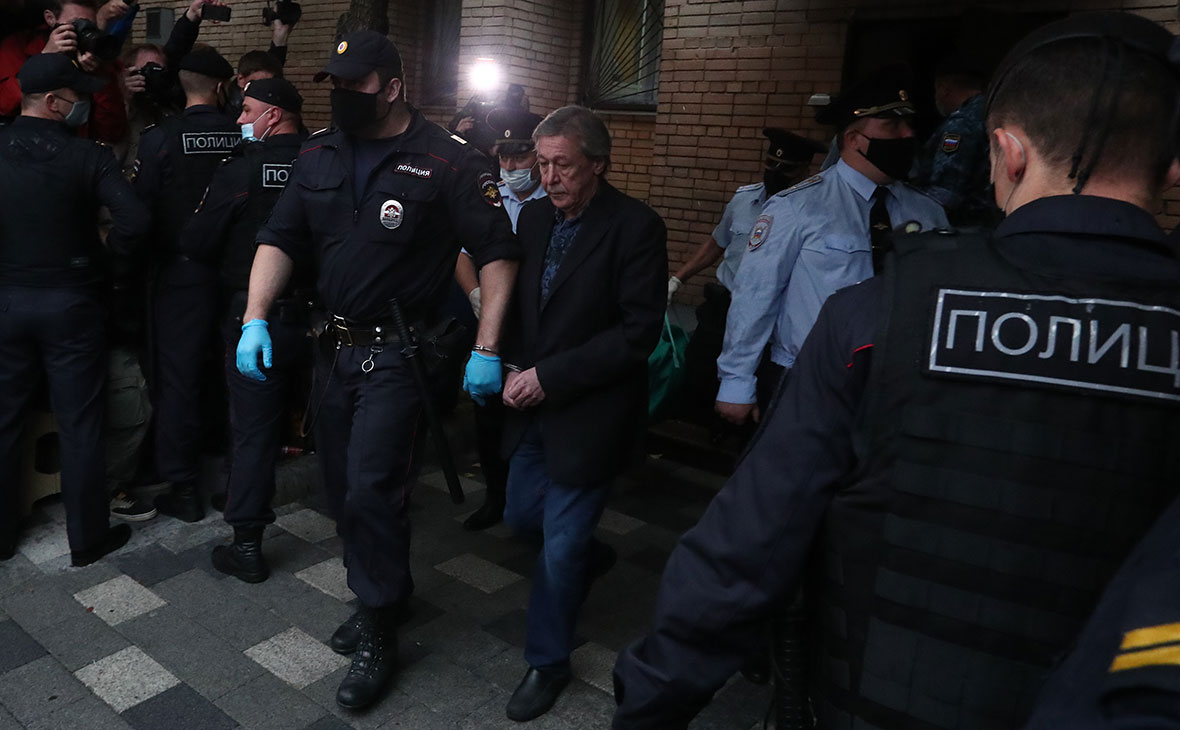 Михаил Ефремов в сопровождении конвоя после оглашения приговора