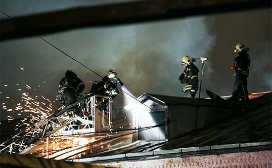 Тушение пожара в производственном здании швейного цеха на улице Стромынка