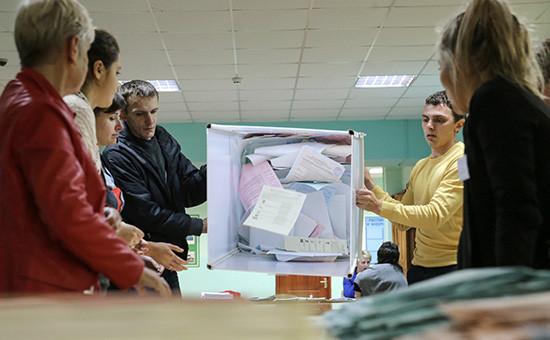 Сотрудники избиркома во время подсчета голосов на выборах в единый день голосования, 2015 год