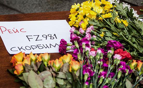 Москвичи приносят цветы к представительству Ростовской области в связи с крушением самолета авиакомпании Flydubai