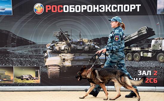 Сотрудница полиции нафоне плаката «Рособоронэкспорта»