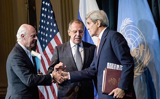 Специальный представительООН по Сирии Стаффанде Мистура,министр иностранных дел России Сергей Лавров и госсекретарь США Джон Керри (слева направо) на конференции в Вене, Австрия, 30 октября 2015 года
