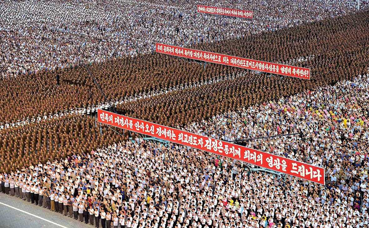Северокорейцы на площади Ким Ир Сена по случаю празднования запуска баллистической ракеты. Пхеньян.Июль 2017 года
