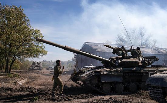 Ополченцы ЛНР во время отвода вооружений калибра менее 100 миллиметров от линии соприкосновения в самопровозглашенной Луганской народной республике