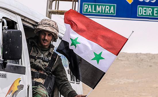 Военнослужащий сирийской армии напозициях подгородом Пальмира. 24 марта 2016 года