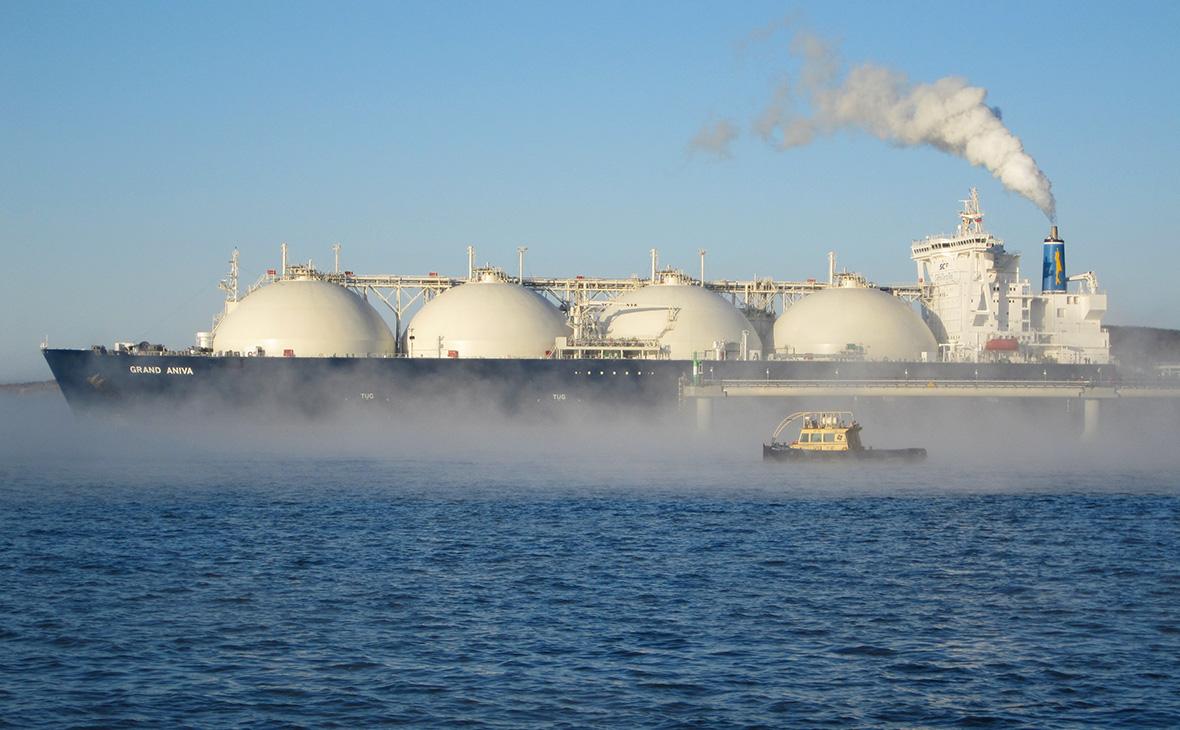 Танкер-газовоз у причала отгрузки завода по производству сжиженного природного газа, входящего в проект«Сахалин-2»