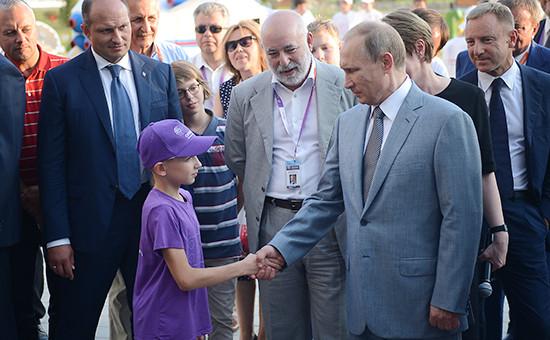Президент РФ Владимир Путин (справа напервом плане) вовремя посещения образовательного центра «Сириус» вСочи