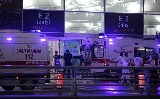 Медики после взрывов в аэропорту Ататюрк, Стамбул. 28 июня 2016 года