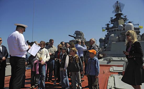 Экскурсия наборту тяжелого атомного ракетного крейсера «Петр Великий» впорту сирийского города Тартус, 14 апреля 2010 года