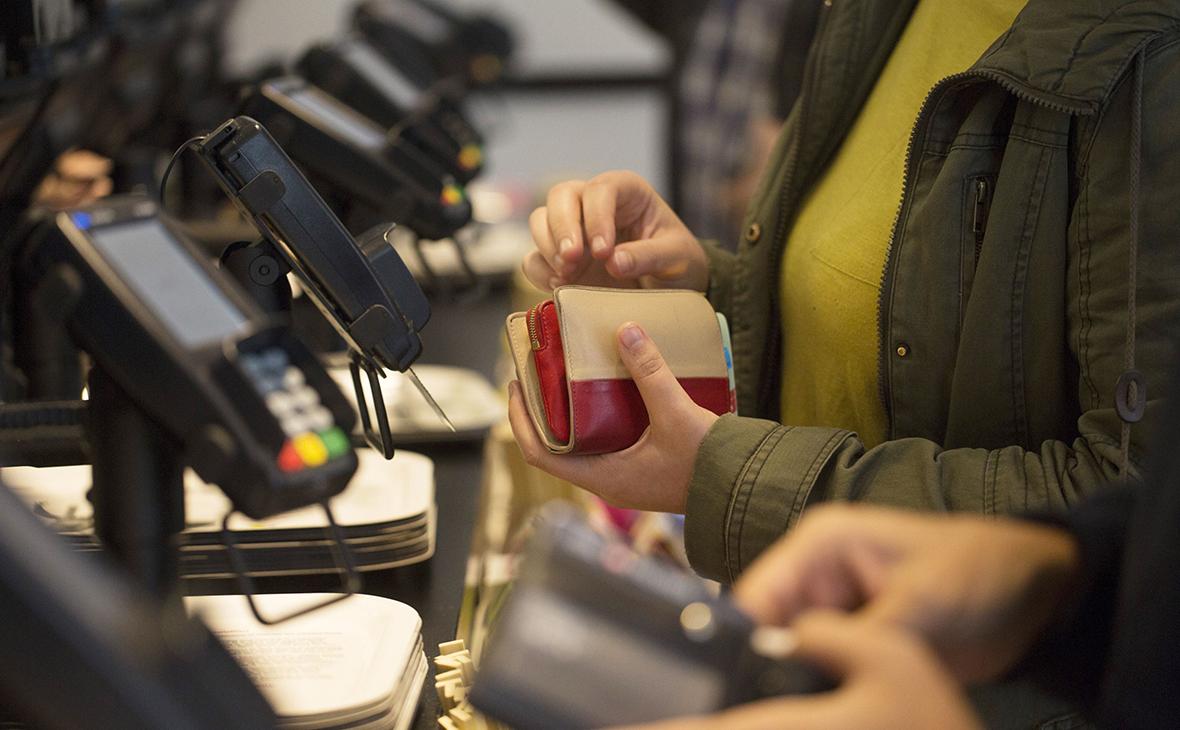 Сбербанк впервые зафиксировал превышение оплаты по картам над наличными
