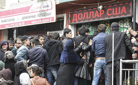 Очередь в обменный пункт. Душанбе 9 марта 2015 года