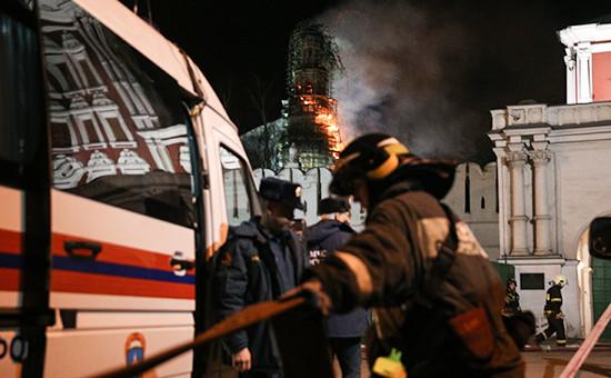 Пожарные на территории Новодевичьего монастыря в Москве