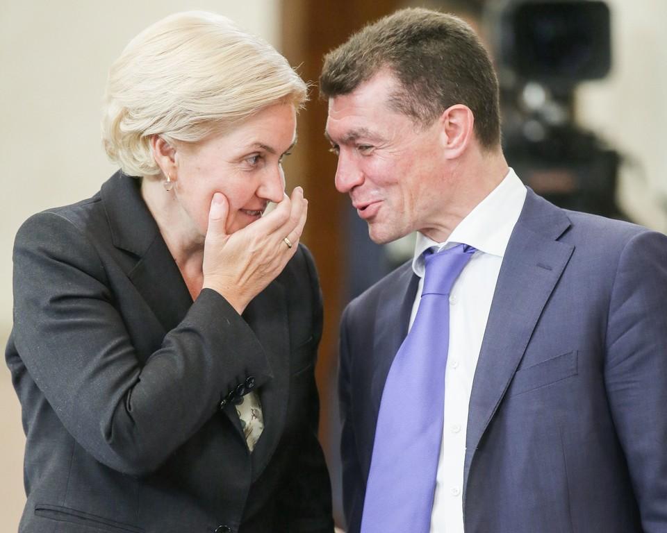 Вице-премьер РФ Ольга Голодец (слева) и министр труда и социальной защиты РФ Максим Топилин