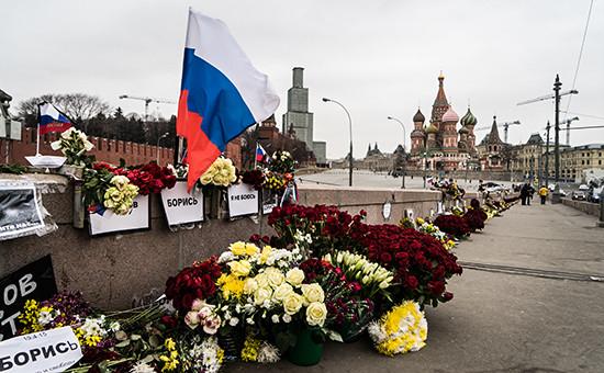 Цветы наместе убийства Бориса Немцова. Март 2015 года