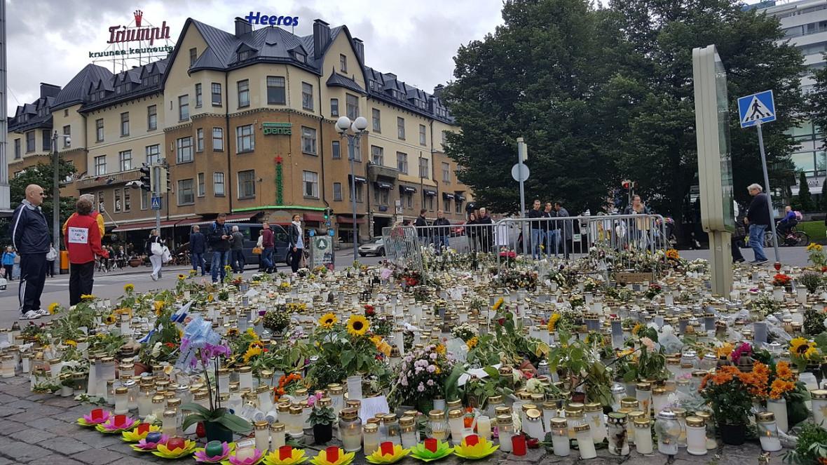 Цветы и свечи на Торговой площади Турку после теракта