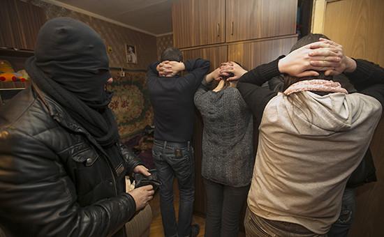 Сотрудник ФСКН во время задержания посетителей наркопритона