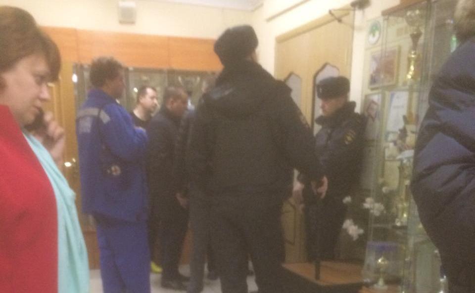 Угрожавшего учителям ножом московского школьника передали полиции