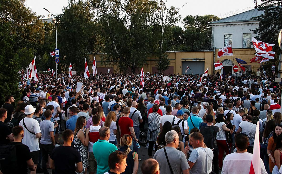 Сторонники оппозиции около следственного изолятора №1 где, предположительно, содержится Сергей Тихановский