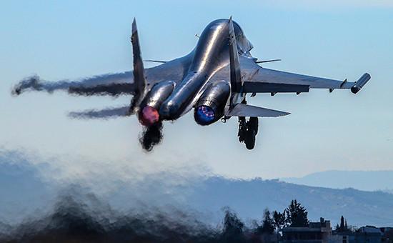 Взлет многофункционального истребителя-бомбардировщика Су-34 нааэродроме авиабазы Хмеймим. 18 февраля 2016 года