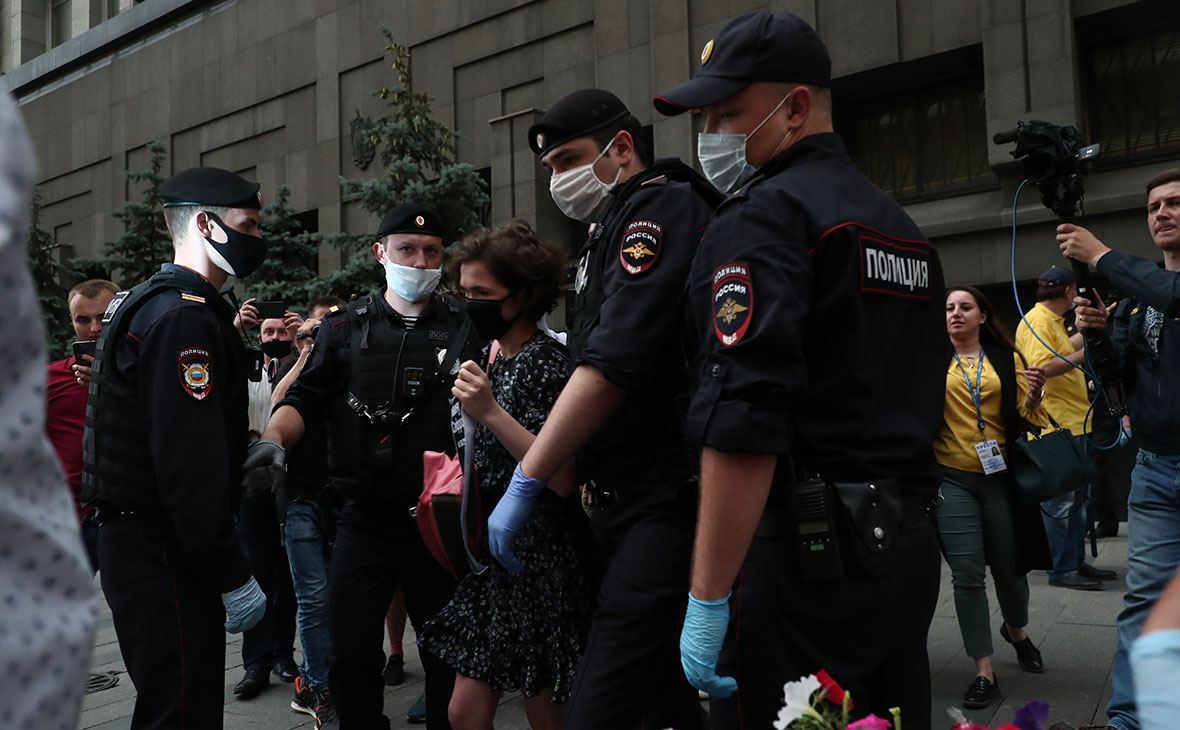 Задержанная участница пикета в поддержку И. Сафронова у здания ФСБ на Лубянке