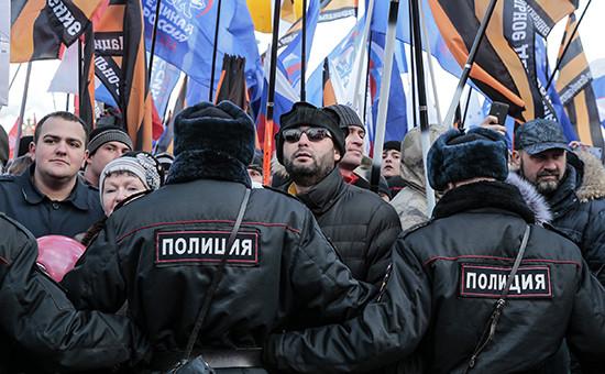 Участники митинга-концерта «Мы вместе», посвященного годовщине воссоединения Крыма сРоссией, наВасильевском спуске