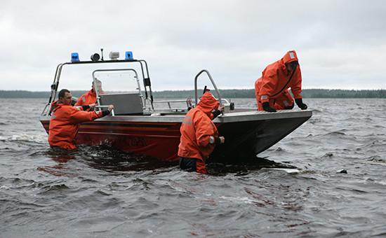 Сотрудники МЧС во время поисково-спасательной операции на берегу Сямозера в деревне Кудама в Пряжинском районе