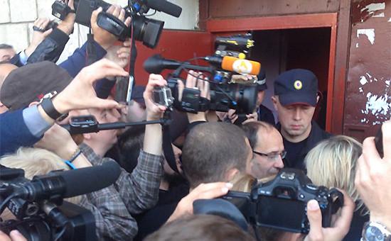 Сотрудник полиции и журналисты у подъезда, в котором располагается штаб-квартиранаблюдателей проекта «Открытые выборы»