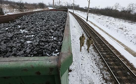 Активисты возле заблокированных вагонов с углем