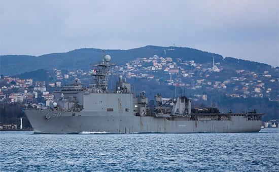 Десантный корабль Carter Hall в проливе Босфор