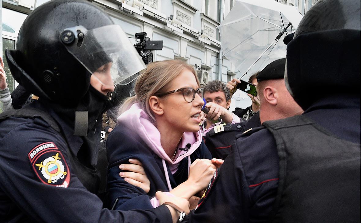 Сотрудники полиции задерживают в центре Москвы Любовь Соболь, 3 августа 2019г.