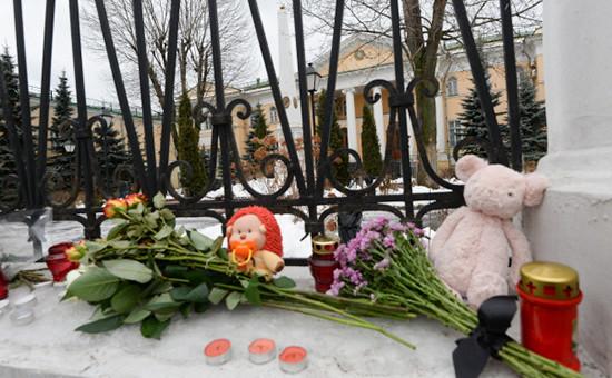 Цветы исвечи у ограды посольства Армении вМоскве, принесенные жителями города всвязистрагедией вГюмри, январь 2015 года