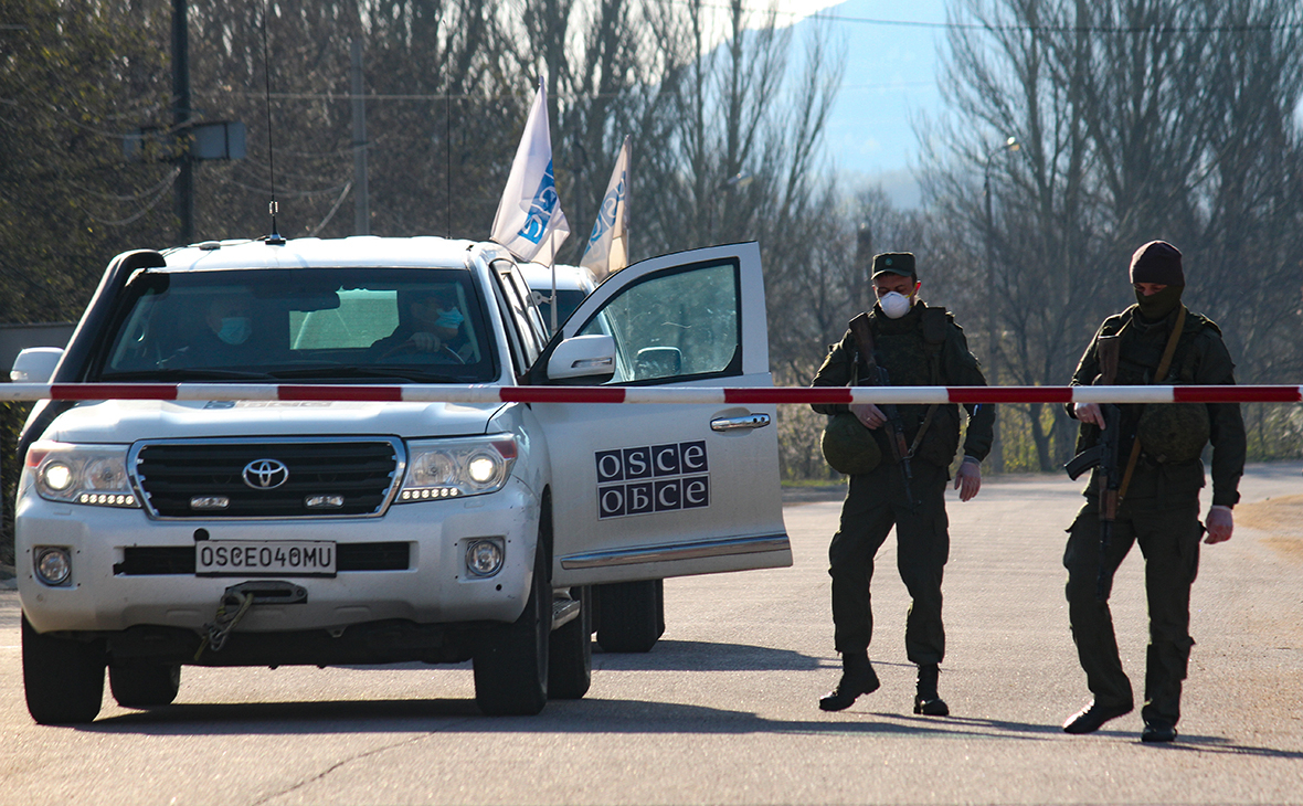 Солдаты ДНР и представители ОБСЕ на границе Украины и Донецка