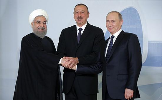 Президент Ирана Хасан Рухани, президент Азербайджана Ильхам Алиев ипрезидент России Владимир Путин (слева направо) послесовместного фотографирования вЦентре Гейдара Алиева, 8 августа 2016 года