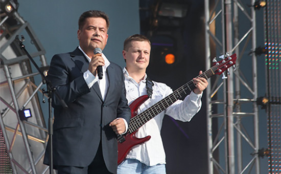 Бас-гитарист группы «Любэ» Павел Усанов (справа)