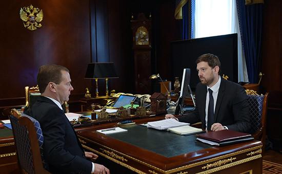 Председатель правительства России Дмитрий Медведев (слева) иглава Федерального агентства поделам национальностей Игорь Баринов
