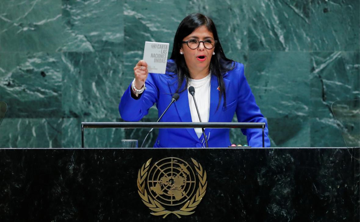 Дельси Родригесдемонстрирует Устав ООН в ходе выступления на 74-йГенассамблее
