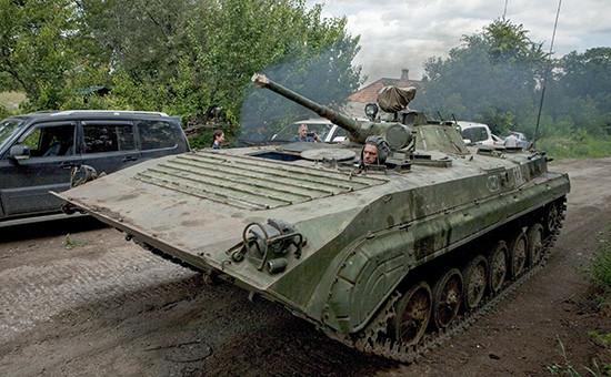 Члены миссии ОБСЕ наблюдают за отводом бронетехники от линии фронта