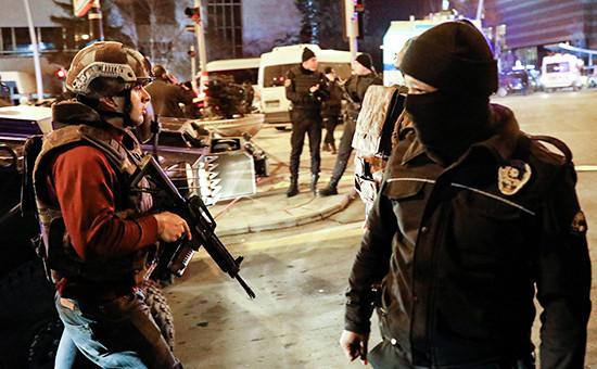 c37629a0e09c Сотрудники турецкой полиции у здания, где произошло убийство посла России в  Турции Андрея Карлова (Фото  Reuters Pixstream)