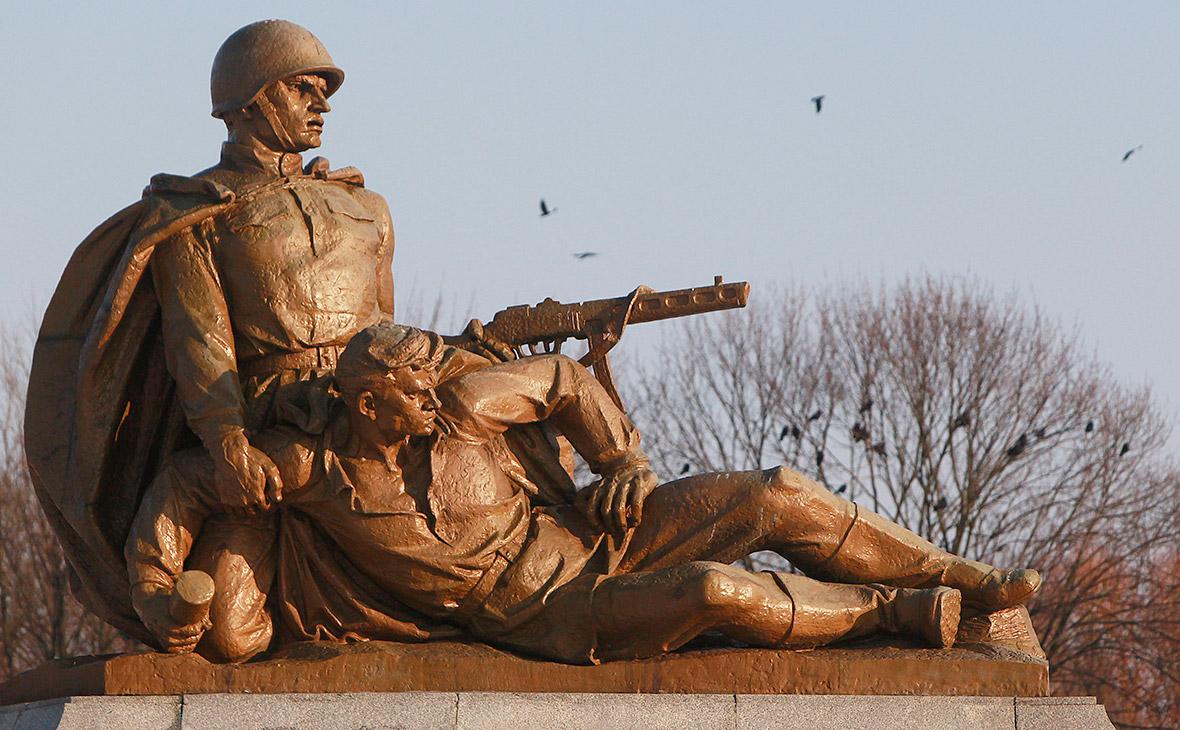 Памятник советским солдатам на военном кладбище в Варшаве