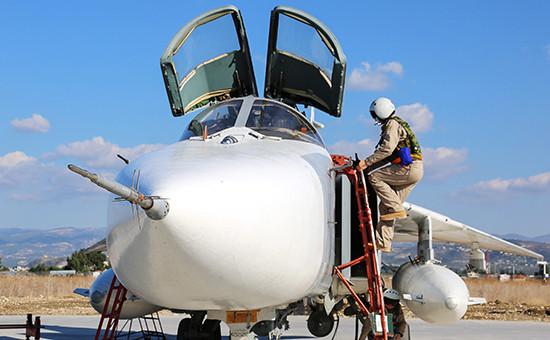 Пилот российского фронтового бомбардировщика Су-24М нааэродроме Хмеймимпередвылетом набоевое задание