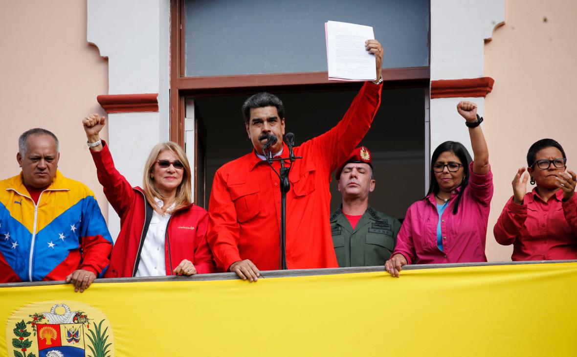 Николас Мадуро (в центре) во время выступления перед сторонниками