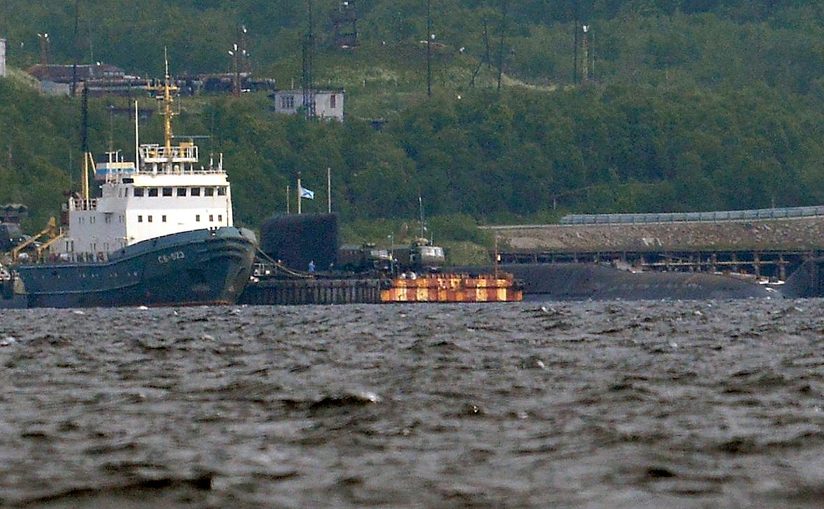 Спасательный буксир Северного флота и АПЛ спецназначения проекта 09786 «Оренбург» (слева направо)