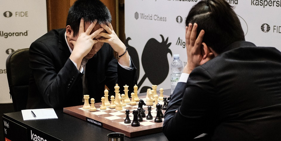 Шахматисты Вэй И (слева) и Ян Непомнящий (справа)