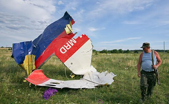 На месте падения пассажирского самолета «Малайзийских авиалиний» Boeing 777 в Донецкой области, июль 2014 года
