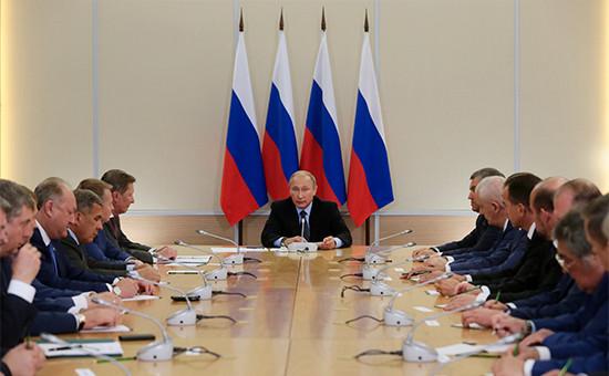 Президент России Владимир Путин (в центре) во время встречи с главами субъектов Российской Федерации, избранными в ходе региональных выборов 13 сентября 2015 года