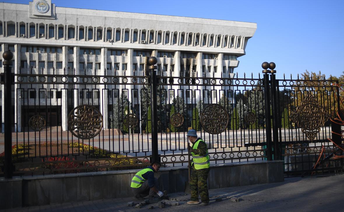 Рабочие восстанавливают плиточное покрытие на тротуаре у Белого дома в Бишкеке