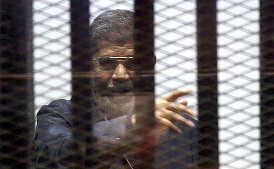 Экс-президент Египта Мохаммед Мурси во время заседания суда  Архивное фото