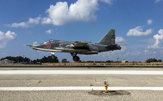 Российский самолет Су-25 взлетает савиабазы Хмеймим вСирии