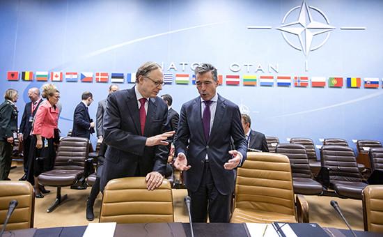 Генеральный секретарь НАТО Андерс Фог Расмуссен ( справа) и заместитель генерального секретаря НАТО Александр Вершбоу в штаб-квартире НАТО в Брюсселе